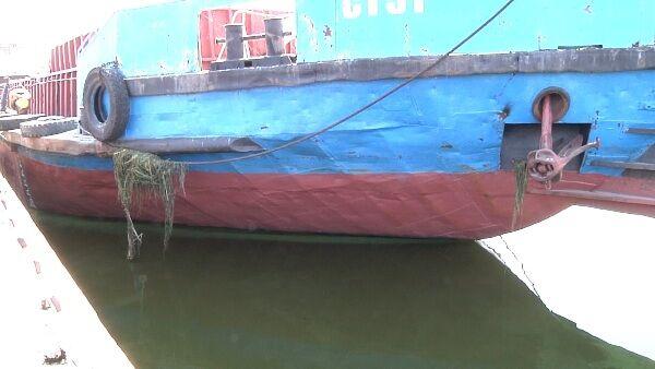 У Дніпропетровську суховантаж з п'яним капітаном протаранив пристань. Фото