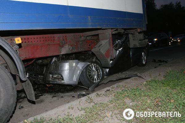 В Киеве иномарка врезалась в грузовик, погиб водитель
