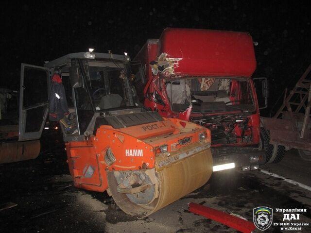 На Большой кольцевой дороге грузовик протаранил два катка