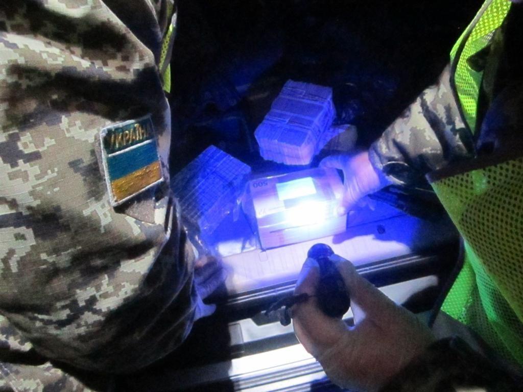 Валюту на 46 млн грн пограничники вытащили из бака авто россиянина на Харьковщине