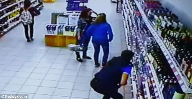 На працівника супермаркету звалилася вітрина з алкоголем