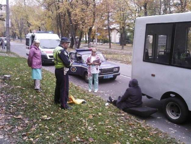В Киеве из маршрутки выпала пассажирка