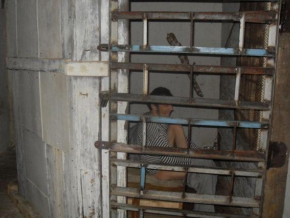 На Сумщине пенсионерка держала психически больного сына в клетке