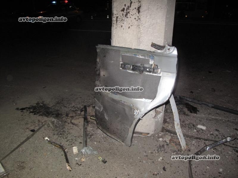 В Киеве иномарка врезалась в столб, погибла женщина