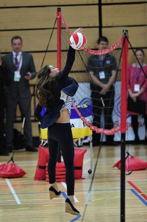 Жена принца Уильяма потрясла игрой в волейбол на каблуках