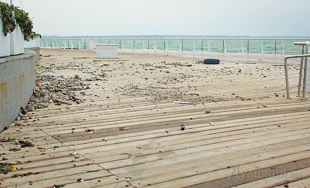 Шторм в Одессе повалил деревья и разрушил набережную