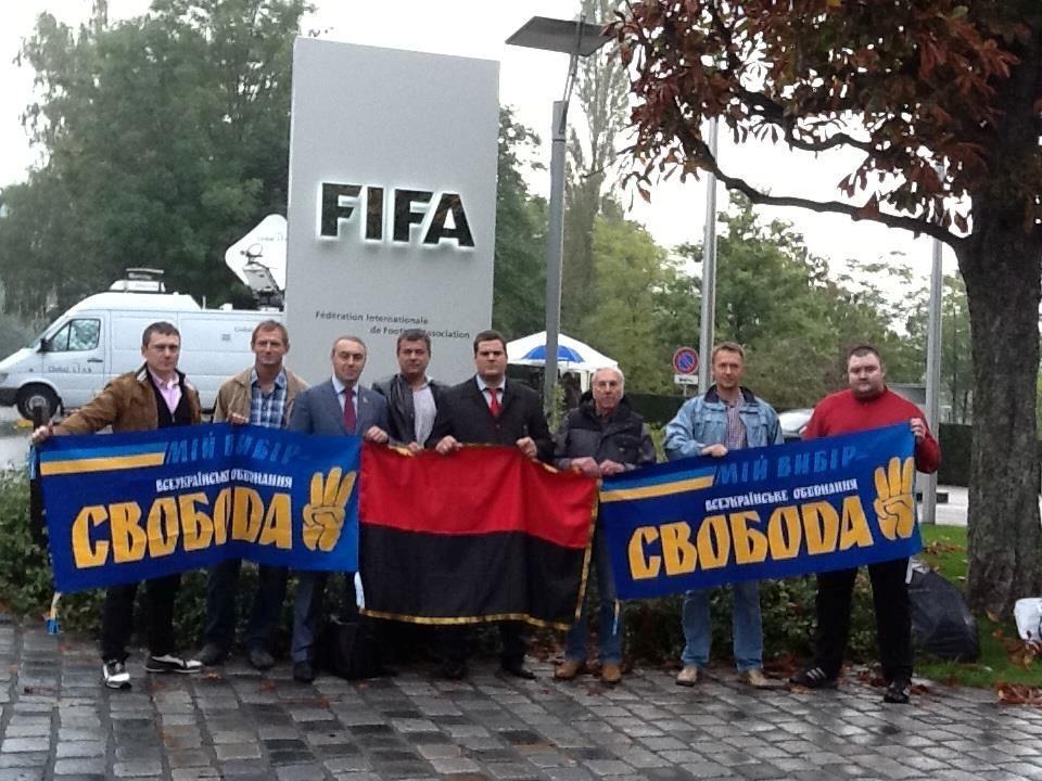 Свободівці передали керівництву ФІФА книги про УПА