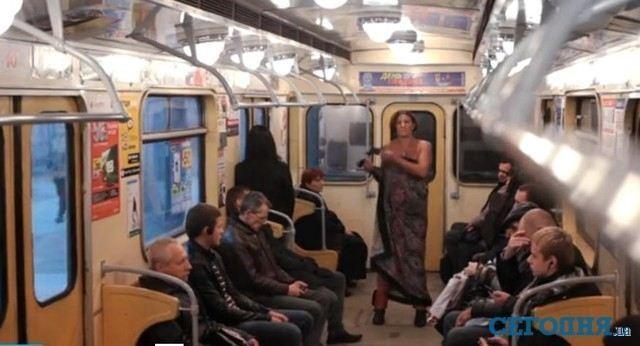 У Харкові вагітна каталася в метро в чому мати народила