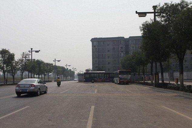 В Китае жилой дом построили посреди шоссе