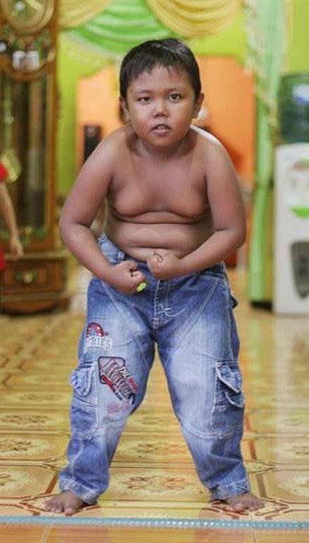 "5-летний индонезийский курильщик ""пересел"" на сгущенку"