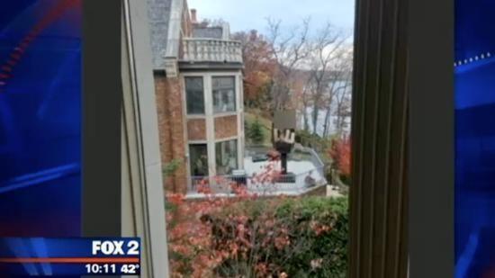 Обманутый муж установил напротив дома изменчивой жены статую в виде среднего пальца