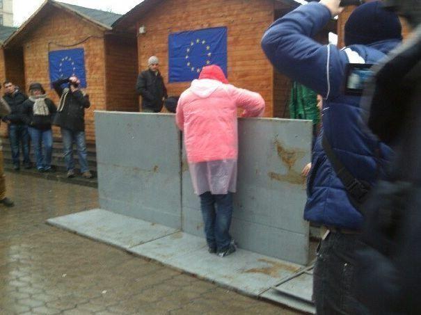 В Киеве активисты Евромайдана снесли милицейский забор
