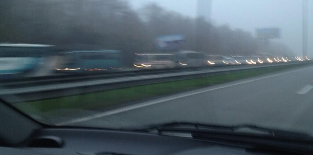 Twitter: на Бориспольском шоссе остановили автобусы с участниками Евромайдана