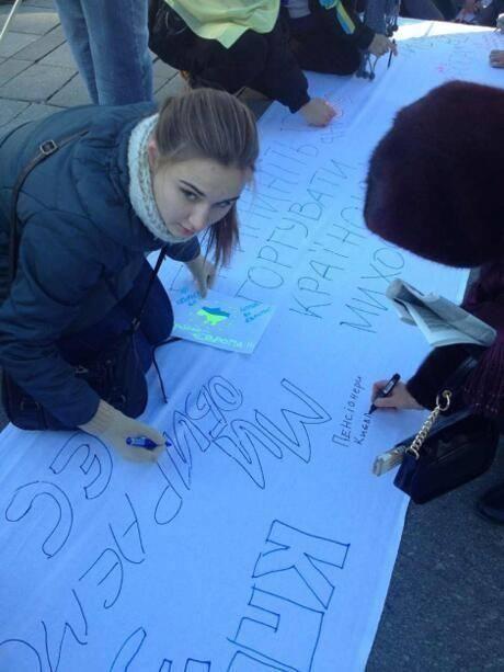 """Тысячи студентов пришли к Януковичу с 250-метровым """"письмом"""""""