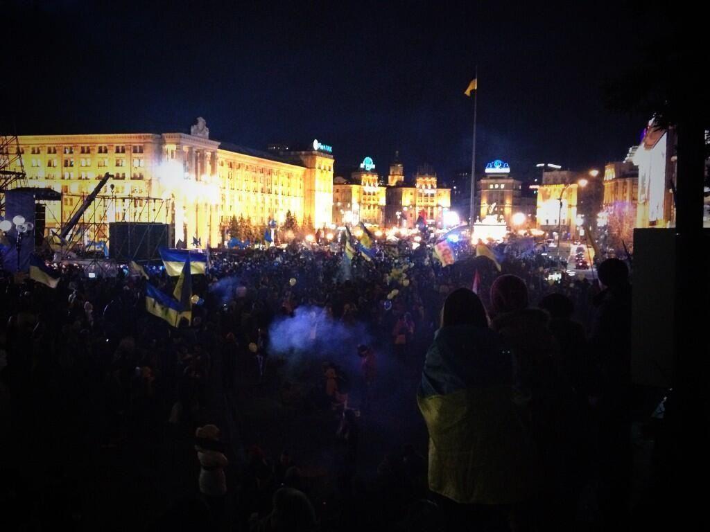 """На Евромайдане бросали дымовые шашки и дрались с """"Беркутом"""""""