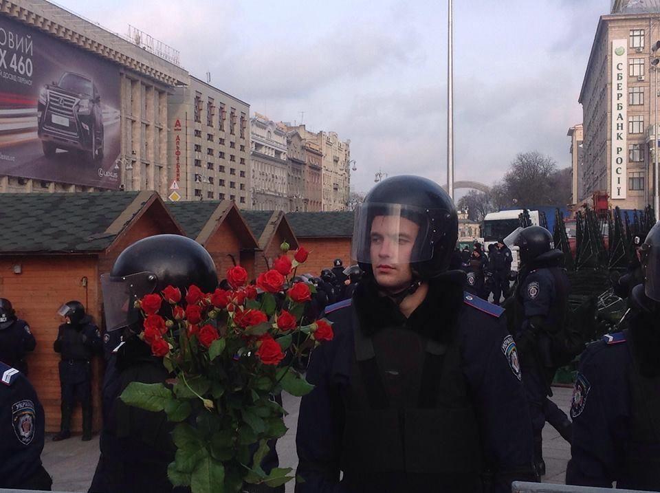 Люди приносят к месту разгона Евромайдана цветы с черными ленточками