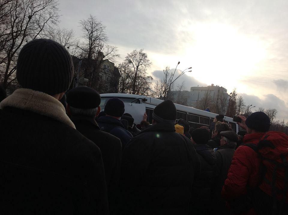 Активисты Евромайдана заблокировали машину с солдатами внутренних войск