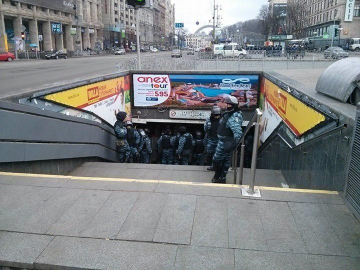 """На Майдане """"Беркут"""" заблокировал выходы из подземки"""