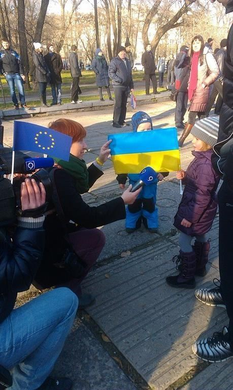 В Днепропетровске на митинг в поддержку Евромайдана пришли более 1000 человек