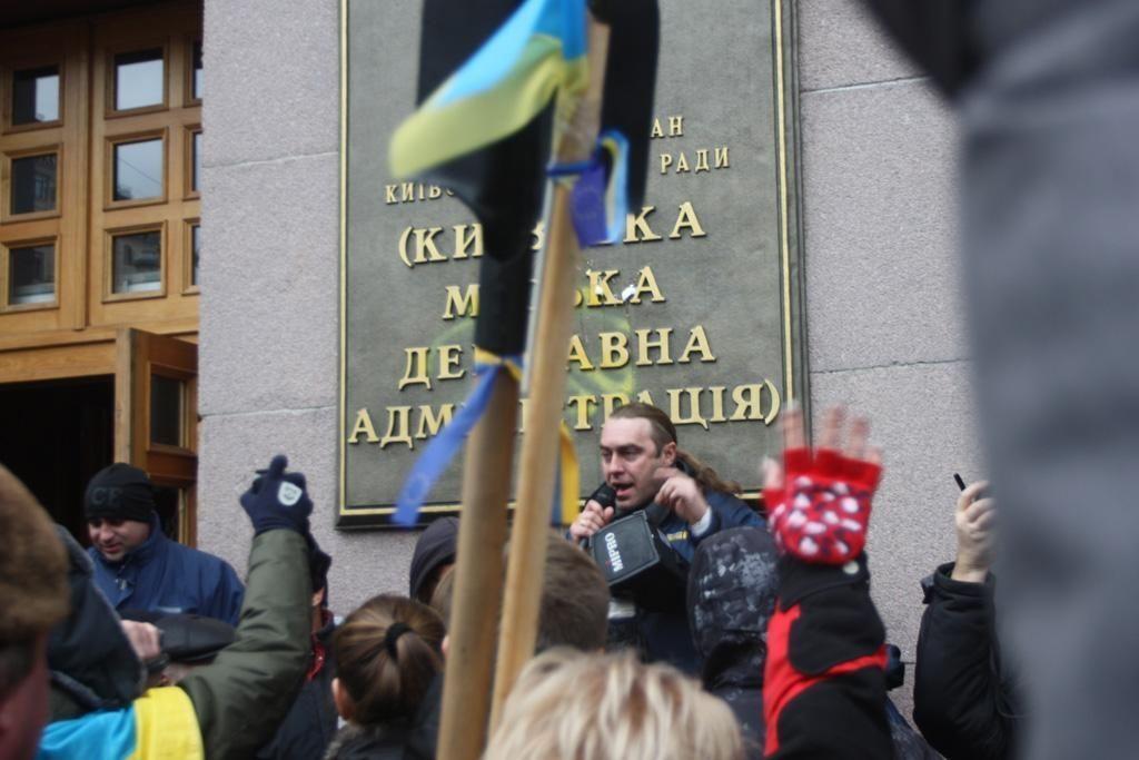 Митингующие захватили горадминистрацию