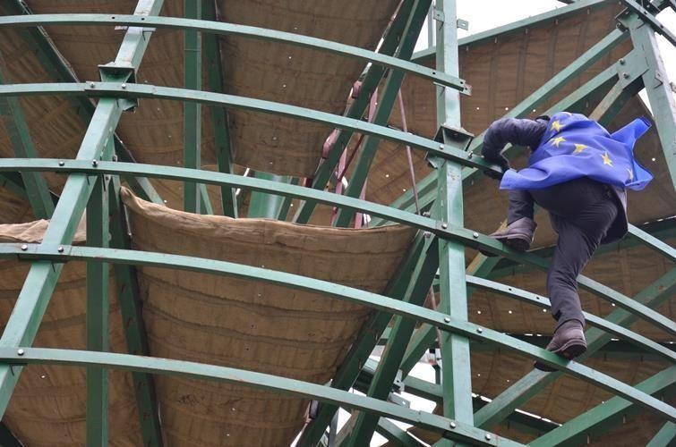Митингующие демонтируют елку на Майдане: милиция разбежалась