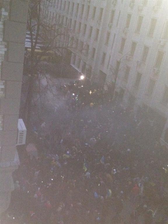 На Банковой внутренние войска бросают в митингующих гранаты