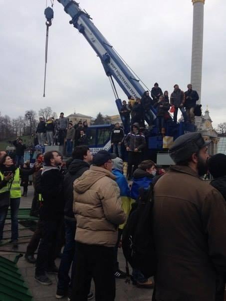 Митингующие вылезли на елку и повесили на ней флаг ЕС