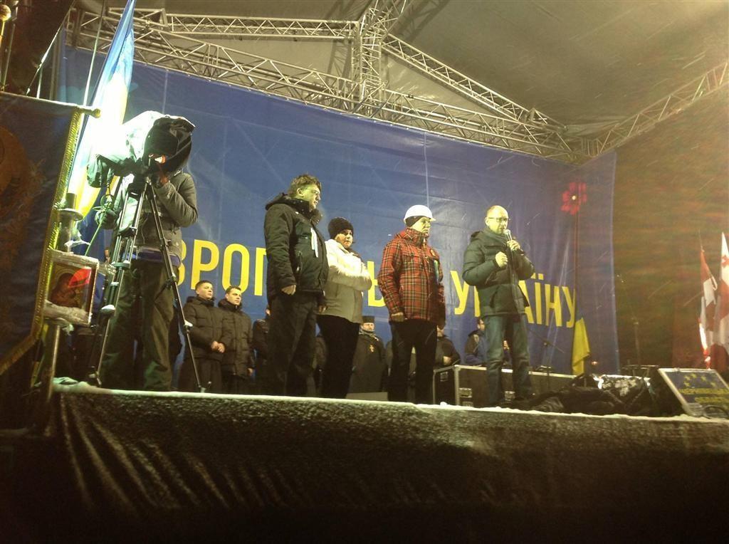 Около тысячи человек продолжают митинг на Евромайдане
