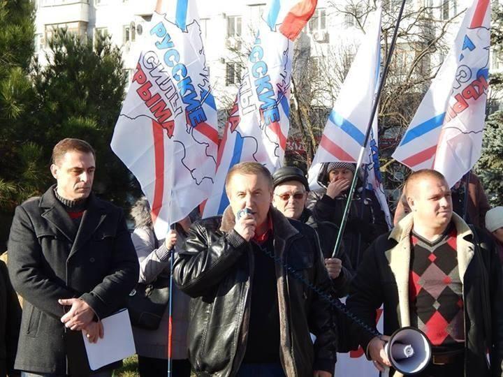 Кримський депутат харчується на вулиці, як бездомний