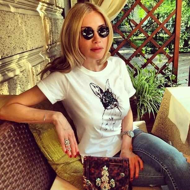 Дружина Кернеса в сексі-шортиках прикрасила ялинку