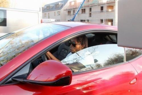 """Игрок """"Динамо"""" Мбокани застрял в луже на своем Ferrari"""