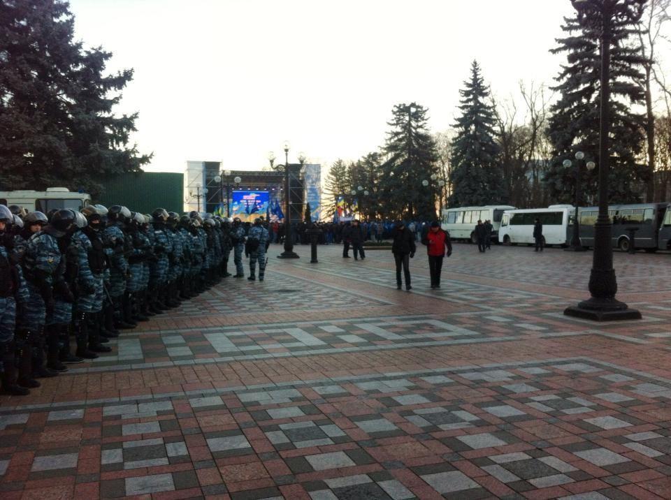 У стен ВР 20 автобусов с сотрудниками МВД