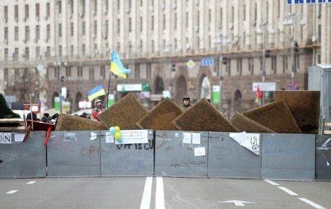 Евромайдановцы забаррикадировались