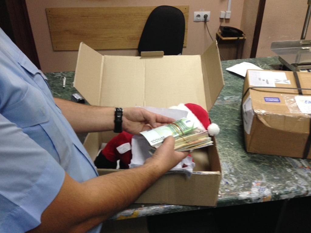 В Киеве таможенники нашли в плюшевом деде Морозе $15 тыс. и 9 тыс. евро