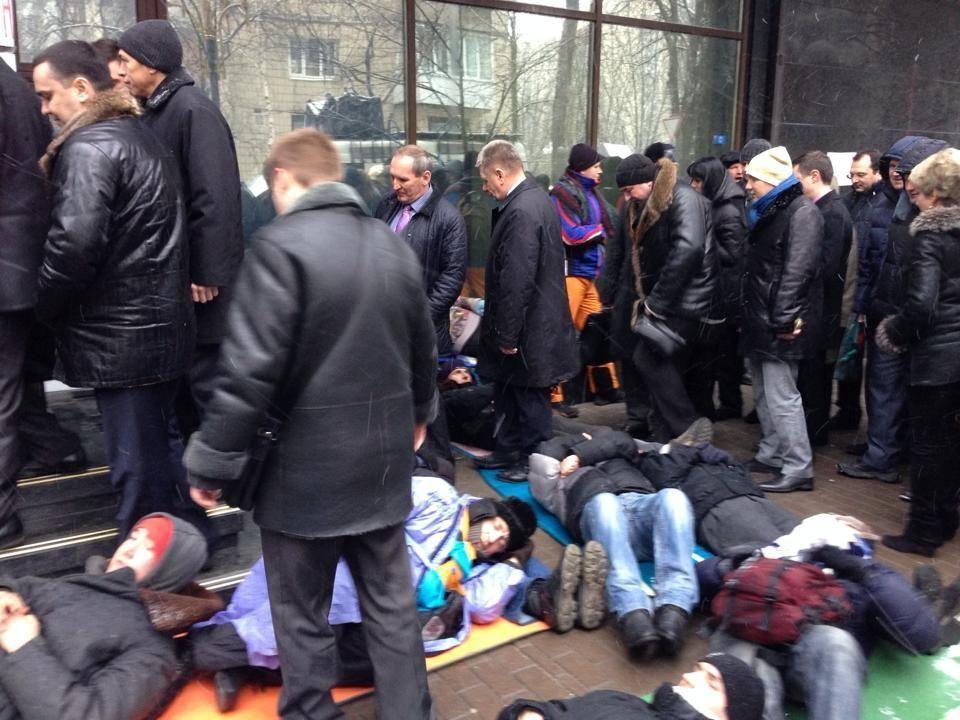 Под Генпрокуратурой устроили лежачий протест