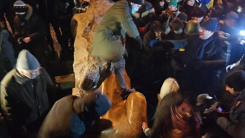 В Киеве снесли памятник Ленину