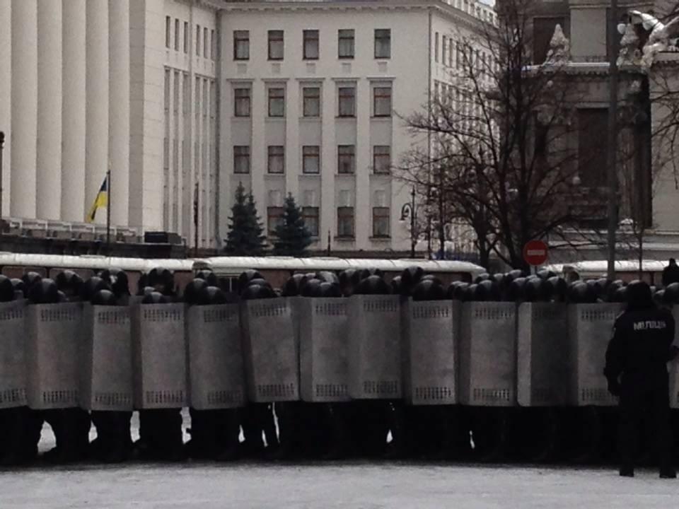 """Улицы Грушевская, Садовая и Липская заблокированы микроавтобусами с """"Беркутом"""""""