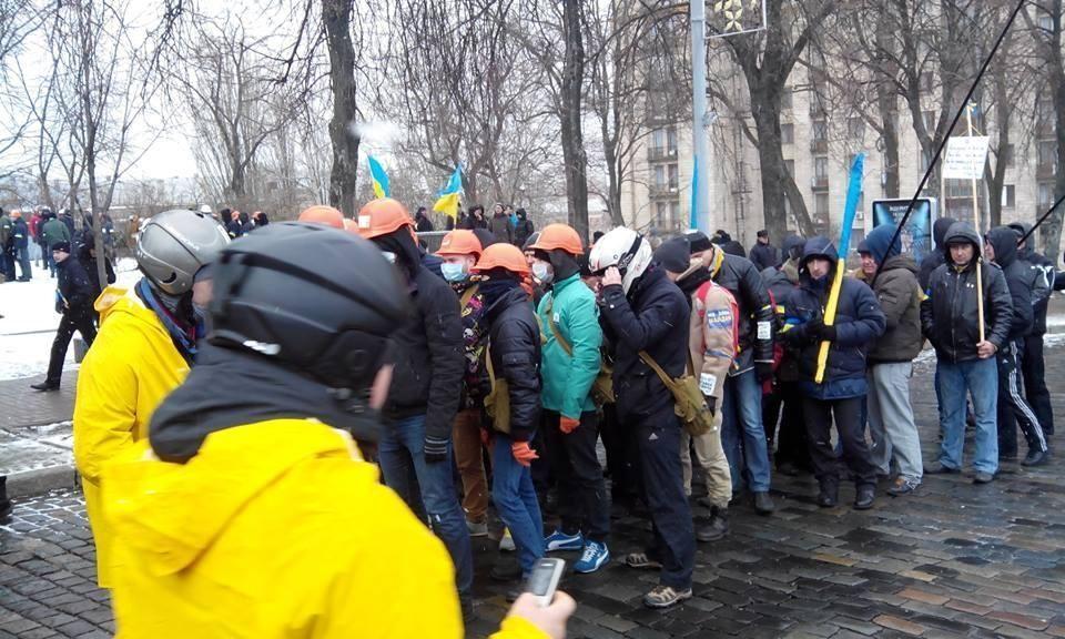 Возле Майдана появились колонны крепких парней