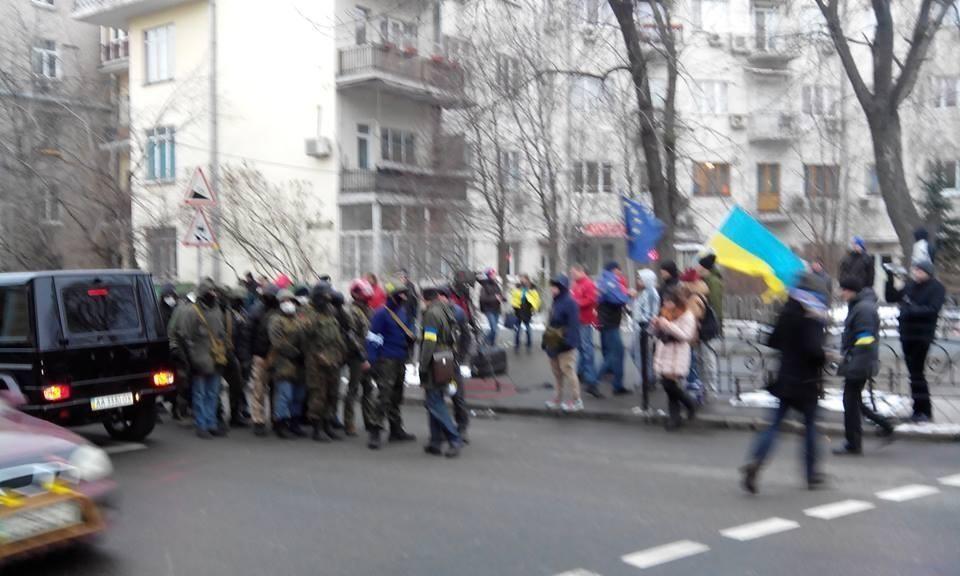 Возле АП самообороновцы охраняют митинг от провокаций