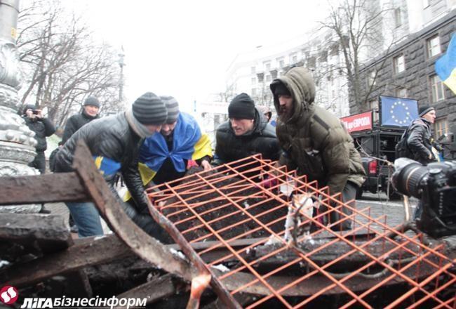 Евромайдан: возле Кабмина растут баррикады