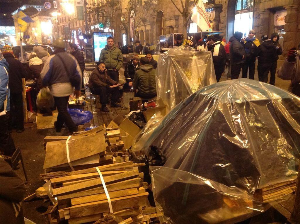 На киевском Евромайдане провели ночь около тысячи митингующих