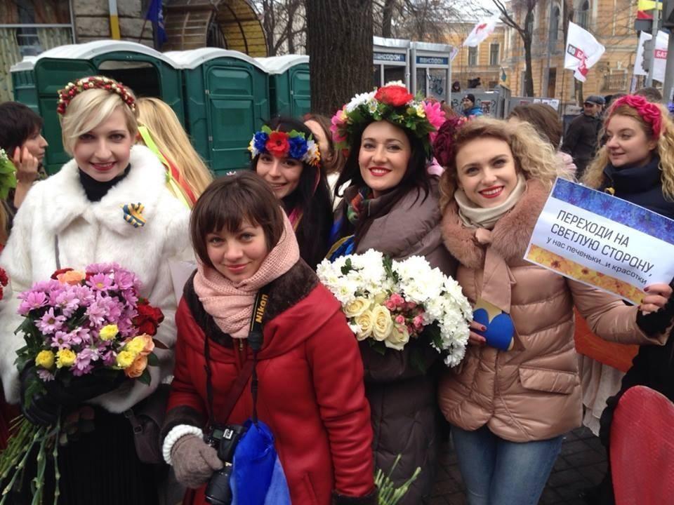 """Участницы Евромайдана подарили """"беркутовцам"""" сердце из живых цветов"""