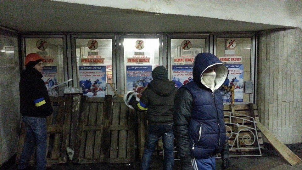 "Евромайдановцы строят ""ловушки"" для милиции на выходах из метро"