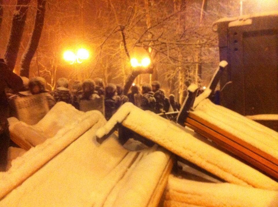 Силовики разбирают баррикады Евромайдана на Грушевского