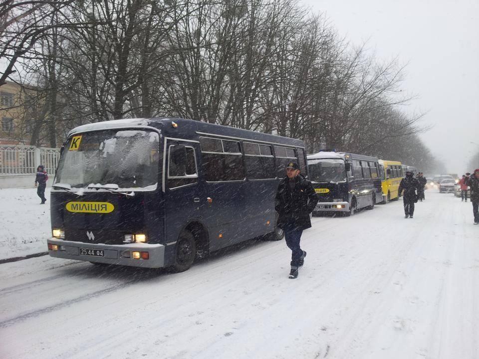 Жители Василькова смогли заблокировать часть автобусов со спецназом