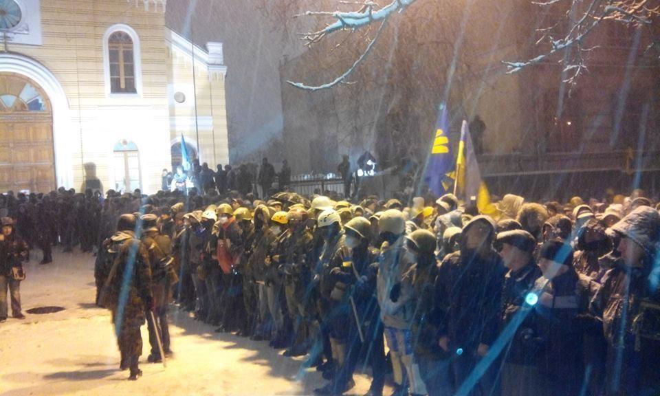 Силовики разбирают баррикады возле Кабмина