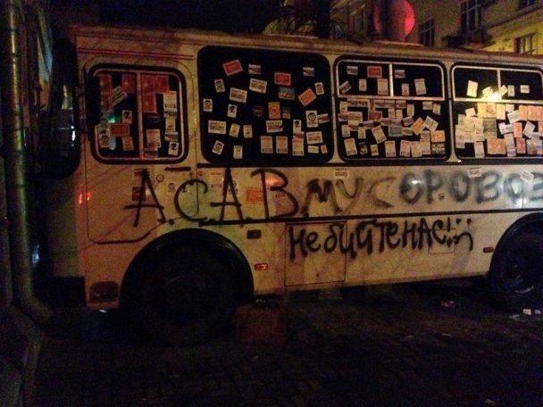 Протестующие на Евромайдане укрепляют баррикады