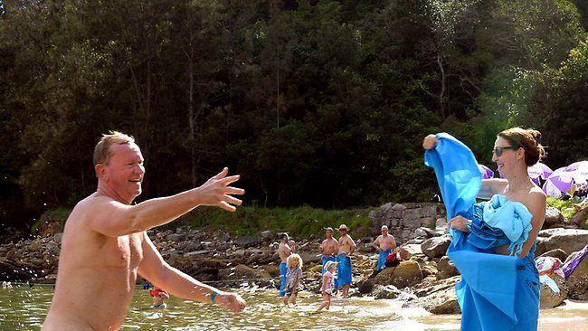 Тысячи нудистов приняли участие в первом мировом заплыве. Фото