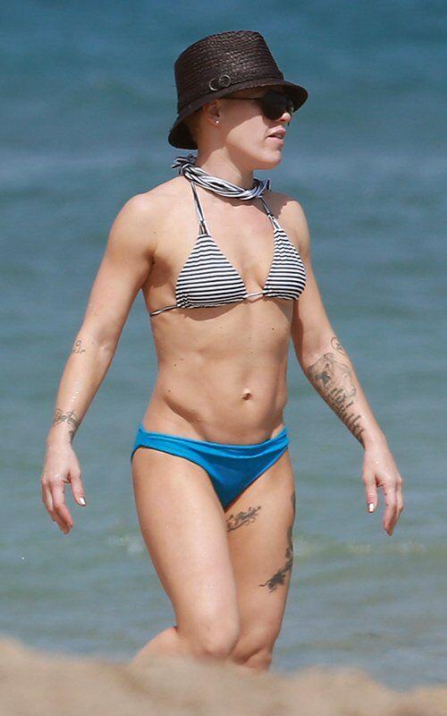 Пинк похвасталась мускулами на пляже. Фото