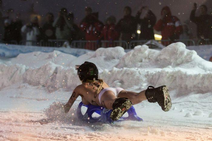 В Германии прошел фестиваль голого катания на санях